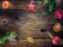 Рождество Звезды и лента колоколов звона конусов сосны ветвей ели состава рождества на деревенском деревянном столе Стоковое фото RF
