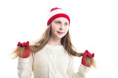 Рождество зимних отдыхов счастья Концепция подростка - усмехаясь молодая женщина в красной шляпе, шарфе и над белой предпосылкой стоковая фотография rf