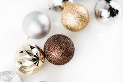 Рождество золота и серебра орнаментирует шарики на ясном белом backgrou стоковое фото rf