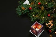 Рождество Игрушки Xmas и елевая ветвь на черном взгляд сверху предпосылки Космос для текста Стоковые Изображения RF
