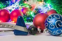 Рождество и Новый Год в фото неврологии, медицины или нейронауки - неврологический молоток 2 расположен около шариков для рождест Стоковые Фото