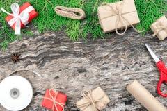 Рождество и Новый Год подготавливая обернутые присутствующие подарочные коробки с Стоковое Изображение RF