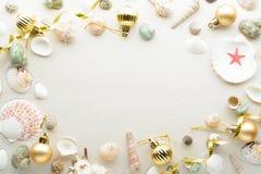 рождество карточки праздничное Шарики и seashells на песке с космосом экземпляра Стоковые Изображения
