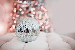 Рождество концепции, партия желтый цвет вектора померанцового красного цвета предмета зеленого цвета диско шарика стоковые фотографии rf