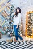 Рождество красивейший усмехаться девушки Над рождественской елкой освещает предпосылку счастливое Новый Год Стоковая Фотография