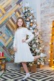 Рождество красивейший усмехаться девушки Над рождественской елкой освещает предпосылку счастливое Новый Год Стоковое Изображение RF