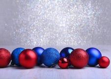 Рождество красное и голубые шарики изолированные на серебряной предпосылке Стоковые Изображения RF