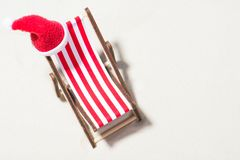 Рождество на пляже: кресло для отдыха с шляпой Санты Стоковая Фотография RF