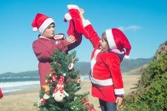 Рождество на пляже с детьми Стоковые Изображения RF