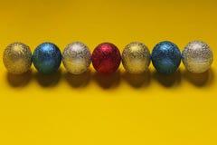 Рождество, Новый Год, праздники, концепция предпосылок игрушки сфер рождества предпосылки изолированные стеклом белые стоковые фото