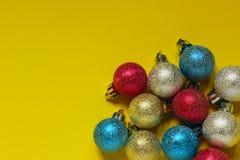 Рождество, Новый Год, праздники, концепция предпосылок игрушки сфер рождества предпосылки изолированные стеклом белые стоковая фотография rf