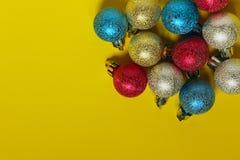 Рождество, Новый Год, праздники, концепция предпосылок игрушки сфер рождества предпосылки изолированные стеклом белые стоковые изображения