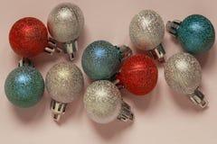 Рождество, Новый Год, праздники, концепция предпосылок игрушки сфер рождества предпосылки изолированные стеклом белые стоковая фотография