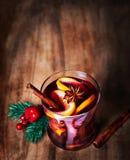 Рождество обдумывало вино на зима на деревянной предпосылке горячее вино Стоковые Изображения RF