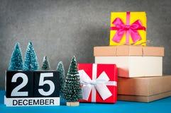 Рождество 25-ое декабря День изображения 25 месяца в декабре, календаря на предпосылке рождества и Нового Года с подарками и Стоковые Фото
