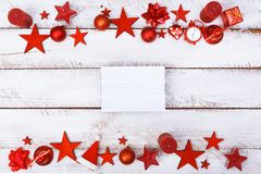 Рождество орнаментирует границу на белой таблице с космосом экземпляра Стоковые Изображения
