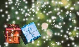 Рождество орнаментирует подарочную коробку с предпосылкой bokeh природы Стоковые Изображения RF