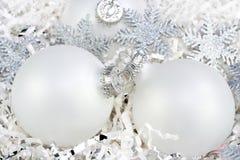 рождество орнаментирует серебряные снежинки белые стоковое изображение