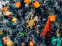Рождество орнаментирует украшения на ели Стоковые Фотографии RF