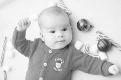 рождество первое младенца Красивый маленький младенец празднует рождество Праздники ` s Нового Года Младенец с конфетой и зефирам стоковые фото
