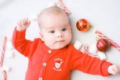 рождество первое младенца Красивый маленький младенец празднует рождество Праздники ` s Нового Года Младенец с конфетой и зефирам стоковые изображения