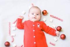 рождество первое младенца Красивый маленький младенец празднует рождество Праздники ` s Нового Года Младенец с конфетой и зефирам стоковое изображение rf