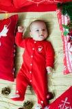 рождество первое младенца Красивый маленький младенец празднует рождество Праздники ` s Нового Года Младенец с шляпой santa с под стоковые изображения rf