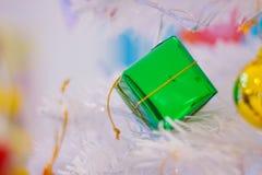 Рождество праздничной сосны бело- декоративное с зеленым цветом подарочной коробки стоковые изображения rf