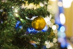 Рождество праздничной сосны бело- декоративное с подарочной коробкой на рождественской елке стоковое изображение