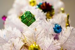 Рождество праздничной сосны бело- декоративное с подарочной коробкой на рождественской елке стоковая фотография rf