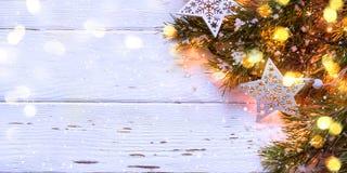 рождество предпосылки снежное Ель разветвляет с горящей гирляндой, форматом знамени длинным Стоковые Изображения