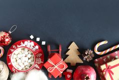 Рождество распределяет взгляд сверху Какао с зефирами, подарок, леденец на палочке, гранатовое дерево, книги Стоковое Фото