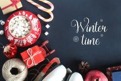 Рождество распределяет взгляд сверху, кружку с зефирами, коньки, подарок, леденец на палочке Стоковое Изображение