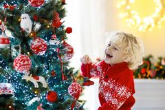 рождество ребенка украшая вал Ребенк на кануне Xmas стоковое фото rf