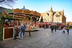 Рождество справедливый Дюссельдорф с зажаренными в духовке сладкими каштанами глохнет и весел-идти-круглый перед городской ратуше стоковое изображение rf