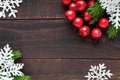 Рождество, тема Нового Года Зеленые елевые ветви, орнаментальные ягоды, снежинки стоковые изображения rf