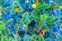 рождество украсило вал Красочные гирлянды и игрушки Праздник ` s Нового Года Стоковая Фотография RF