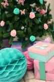 Рождество украсило дерево и настоящие моменты Стоковые Изображения RF