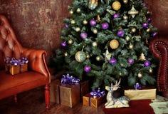 Рождество украсило дерево с настоящими моментами и оленями Стоковые Фотографии RF
