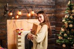 рождество украшает идеи украшения свежие домашние к рождество веселое Милая молодая женщина со шляпой santa взволнованности Рожде стоковое фото rf
