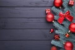 рождество украшает идеи украшения свежие домашние к Ветвь ели с шариками, маленькими подарками и смычками на черной предпосылке стоковая фотография rf