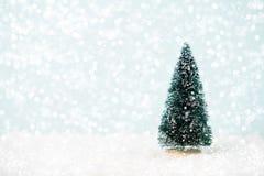 рождество украшает идеи украшения свежие домашние к приветствие рождества карточки Ель рождества, bokeh, снег Стоковые Фото