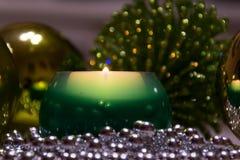 рождество украшает идеи украшения свежие домашние к Сгорели свечи и шарики, зеленое украшение Стоковые Фото