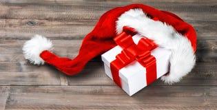 рождество украшает идеи украшения свежие домашние к Смычок ленты подарочной коробки красный Стоковые Фото