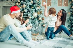 рождество украшая вал девушки счастливый Семья, рождество, концепция счастья Стоковая Фотография RF