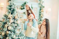 рождество украшая вал девушки счастливый Семья, рождество, концепция счастья Стоковые Изображения