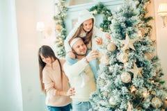 рождество украшая вал девушки счастливый Семья, рождество, концепция счастья Стоковое Изображение