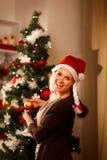 рождество украшая вал девушки счастливый Стоковое Фото