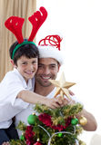 рождество украшая вал сынка отца Стоковые Фото