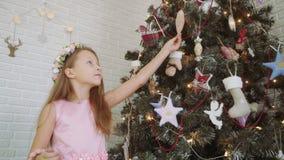 рождество украшая девушку меньший вал акции видеоматериалы